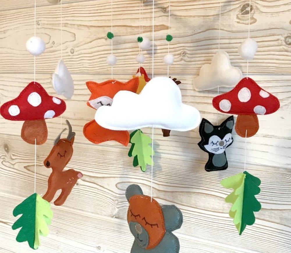 """Mobile bébé, """"animaux de la forêt"""", suspension de berceau, déco chambre  bébé, champignons nuages et pompons"""
