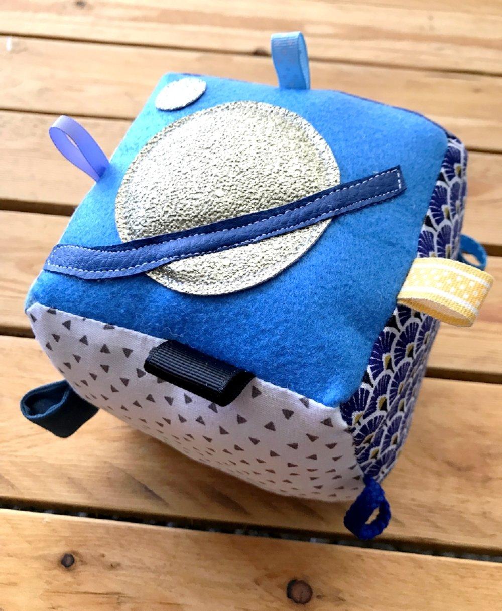 cube de prehension, jouet de manipulation, jouet bébé, inspiration montessori, jeux éveil, cube en tissu