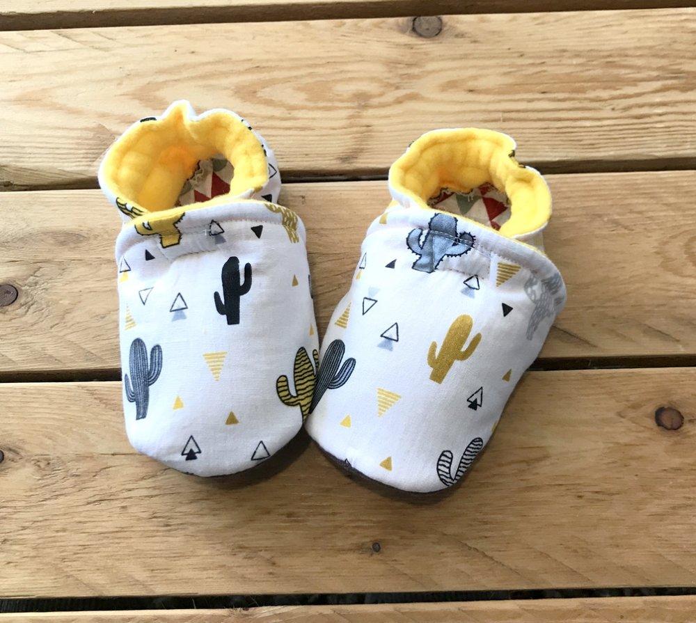 Chaussons souples cactus, coton et suédine pour la semelle , chaussons bébé, chaussons de portage