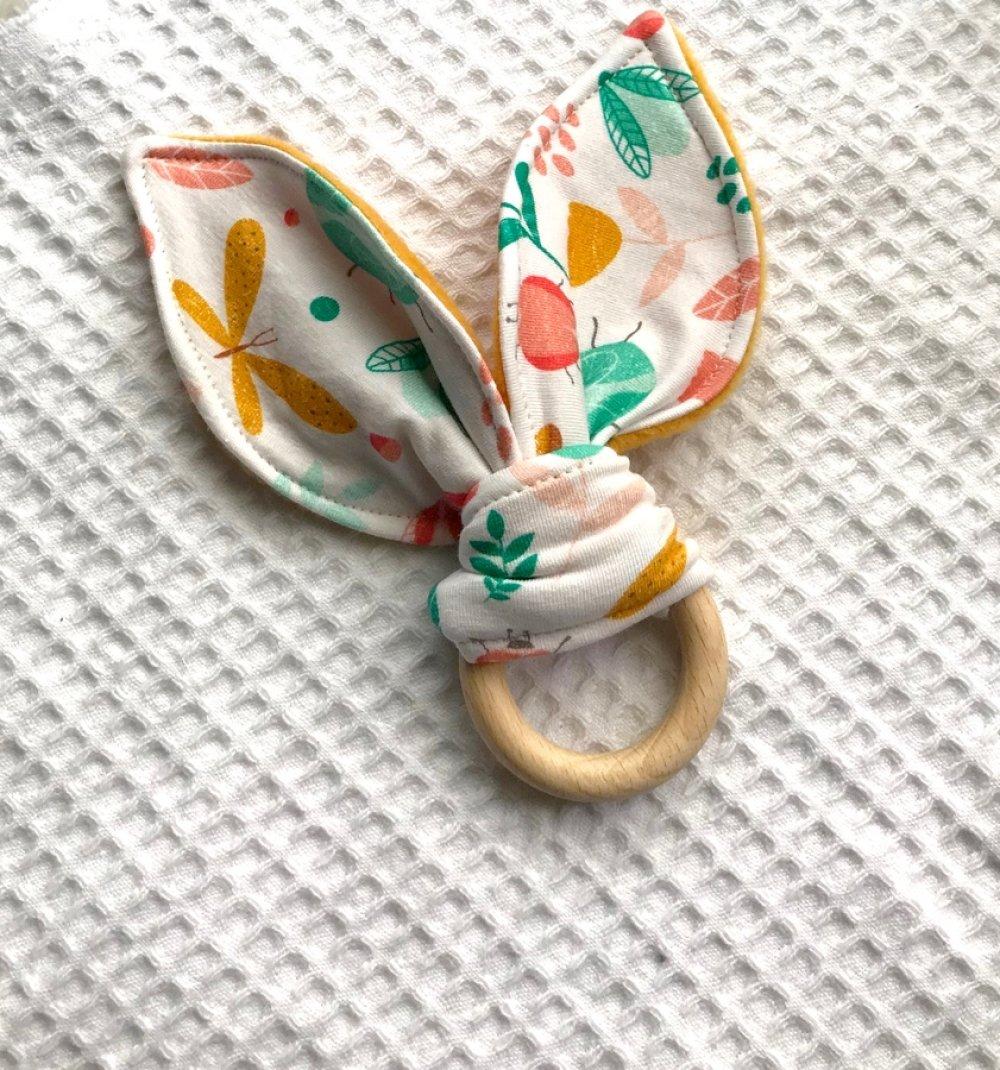 hochet bebe anneau en bois, hochet oreilles de lapin en polaire et double gaze, anneau de dentition oreilles de lapin
