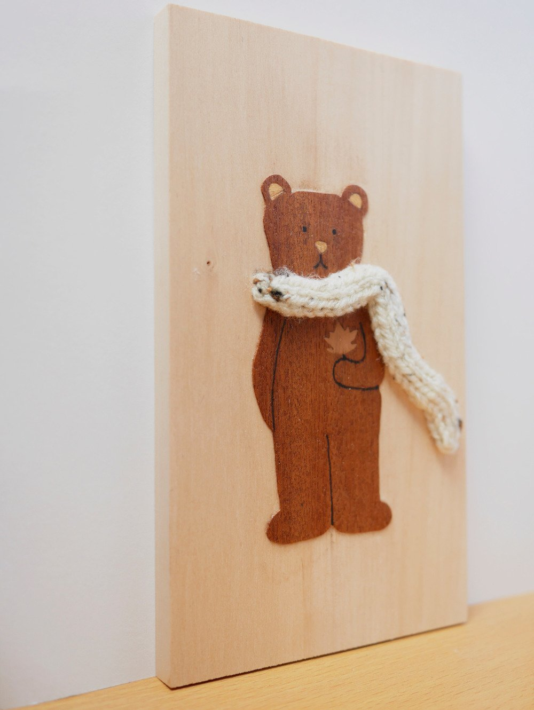 Cadre ours en bois et écharpe tricotée