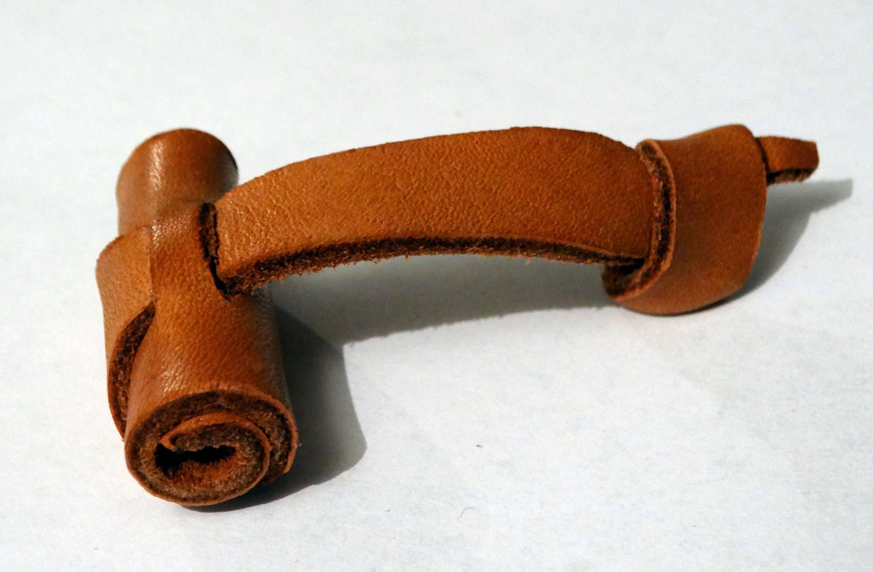Gros bouton fermoir en cuir
