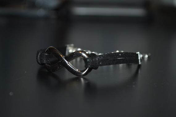 Bracelet suédine noir pailleté et connecteur infini