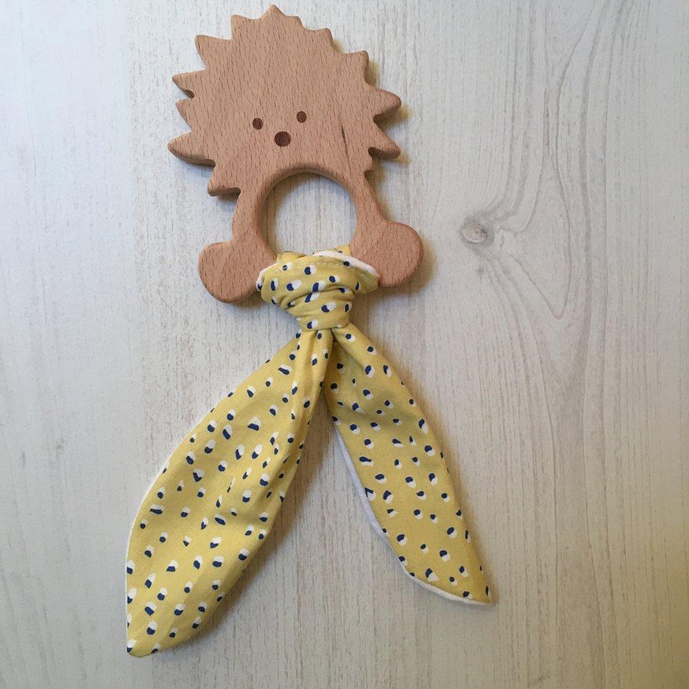 Anneau de dentition ou hochet lionceau, en bois brut, tissu tâcheté jaune et marine