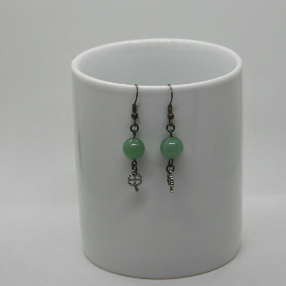 Boucles d'oreilles couleur vert jade, finition trèfle