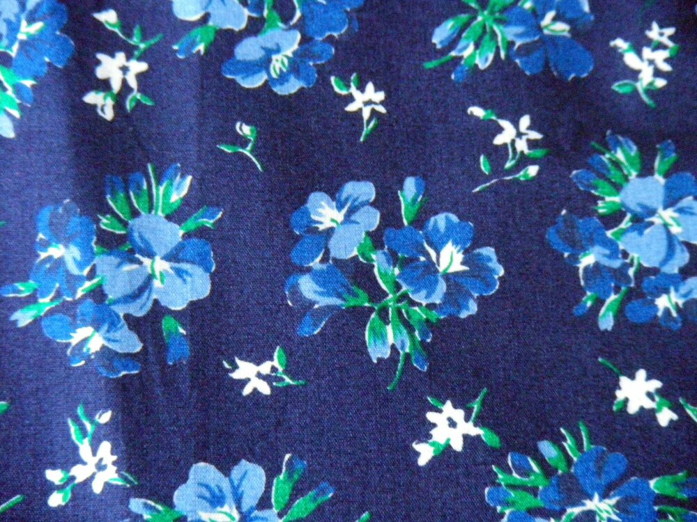 coupon de tissu liberty sur fond  bleu marine
