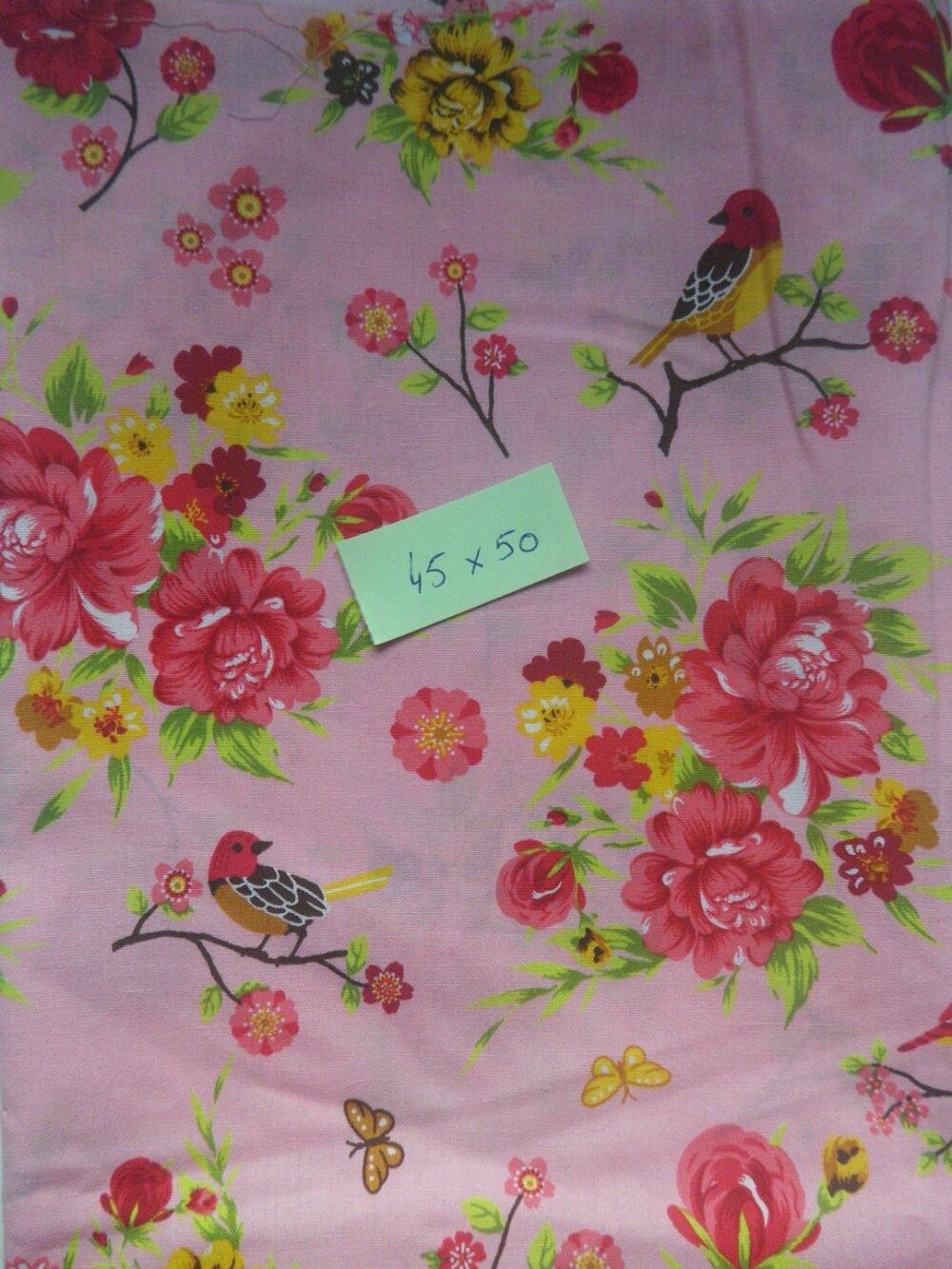 coupon de tissu rouge-gorge sur fond rose