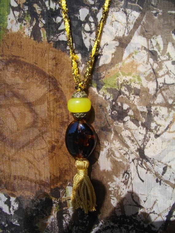 Collier pendentif cordon fait main couleur or et marron a pompons