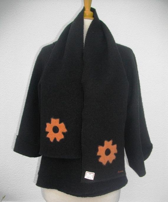 Écharpe en laine bouillie noire fleur orange