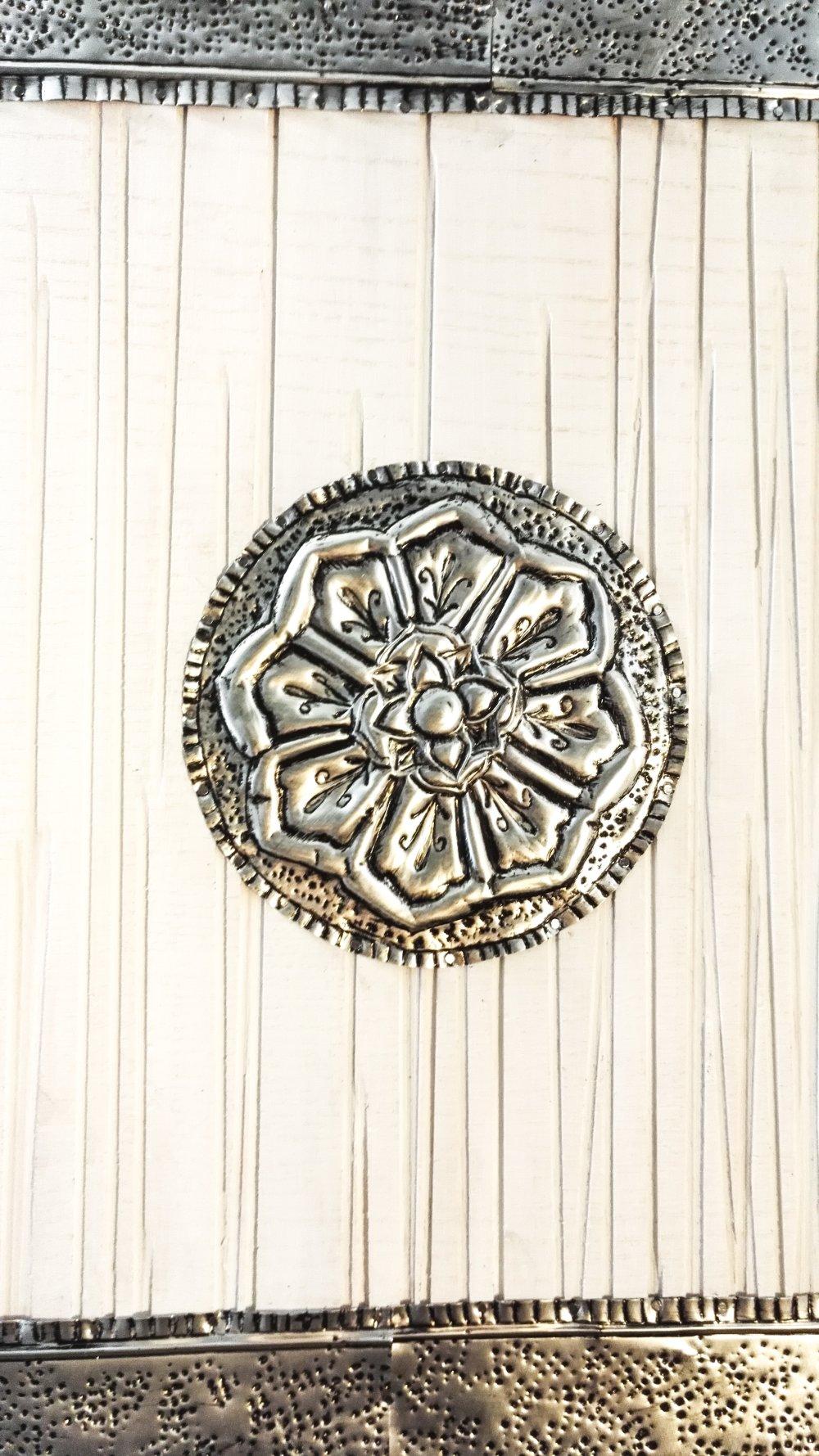 Tableau carré d'inspiration orientale en métal repoussé - 100% Récup' (planche et canettes)