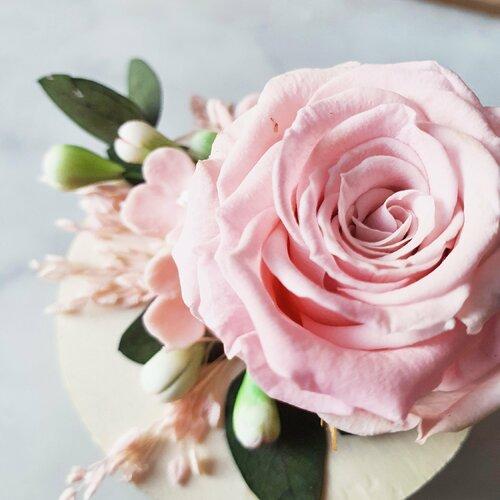 Porte alliance boîte en bois romantique garance avec rose et feuillage stabilisés et fleur en porcelaine froide