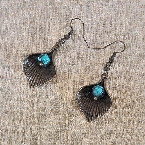 Boucles d'oreilles avec feuilles en métal bronze et perles de verre turquoise