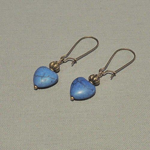 Boucles d'oreilles cœurs en howlite bleue et métal bronze