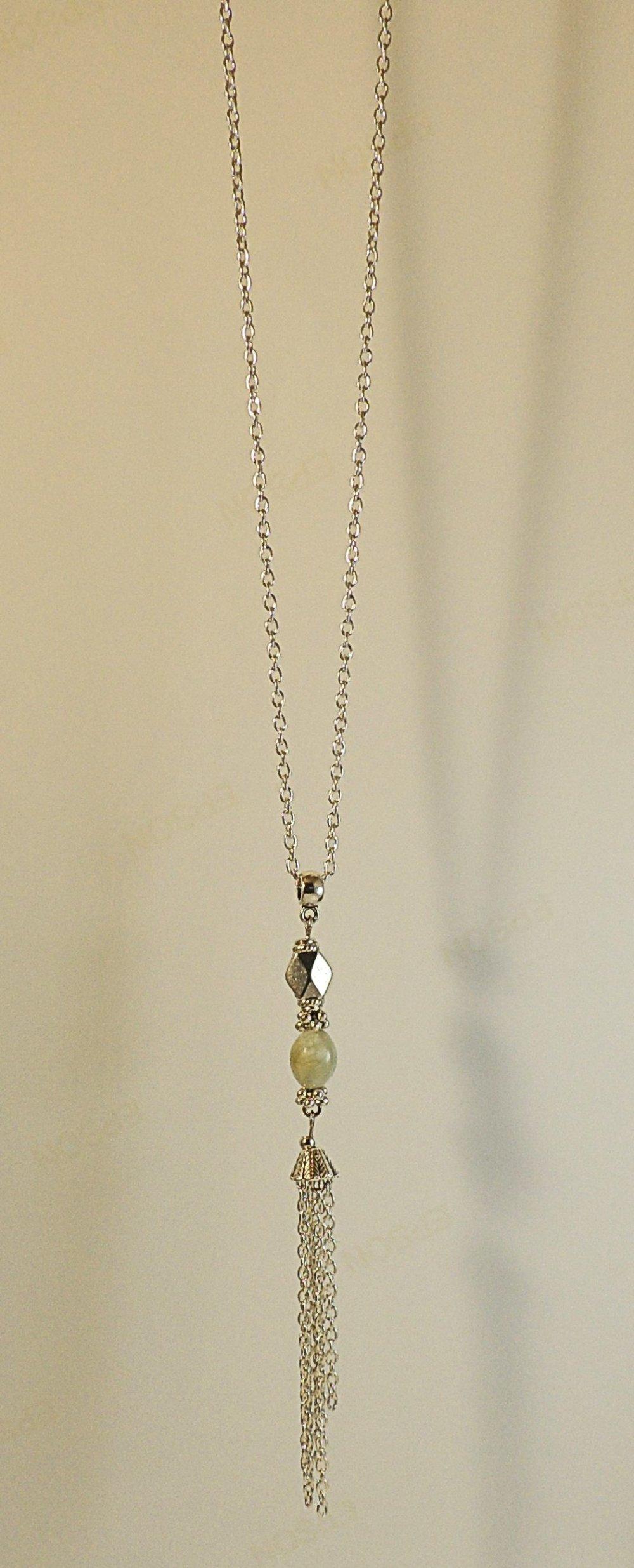 Collier pendentif avec perle de jade ovale et pompon en métal argenté