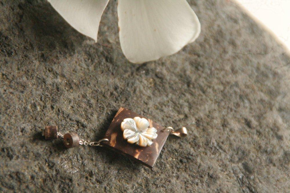 Pendentif fleur de nacre sur bois de coco