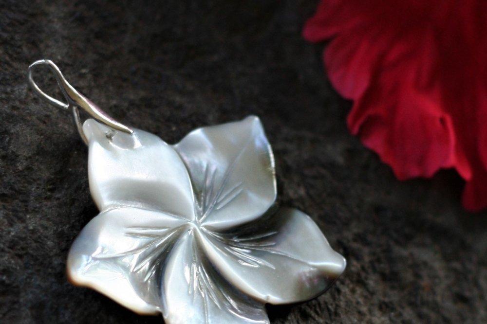 Pendentif en argent et fleur de nacre