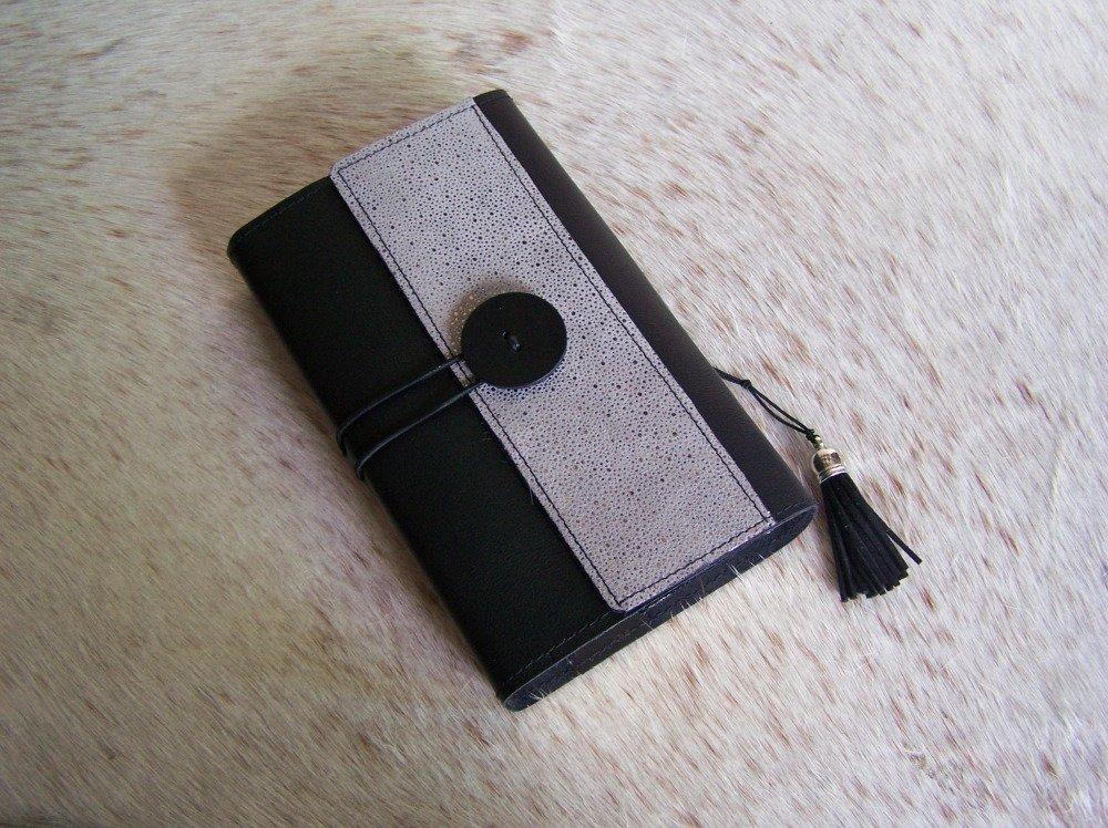 protège livre en cuir noir (décoré d'une bande de cuir, grainé poisson, couleur argent)