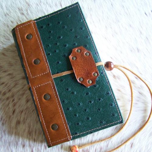 Protège livre en cuir vert grainé autruche, pour livre de poche