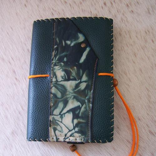 Protège livre artisanal en cuir vert, pour livre hauteur maxi 21cm