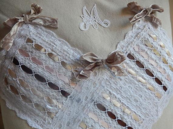 coussin carré beige lin avec dentelles  perles et rubans
