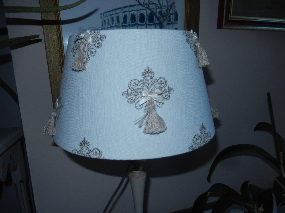 lampe pied bougeoir peint abat jour brodé lin et blanc