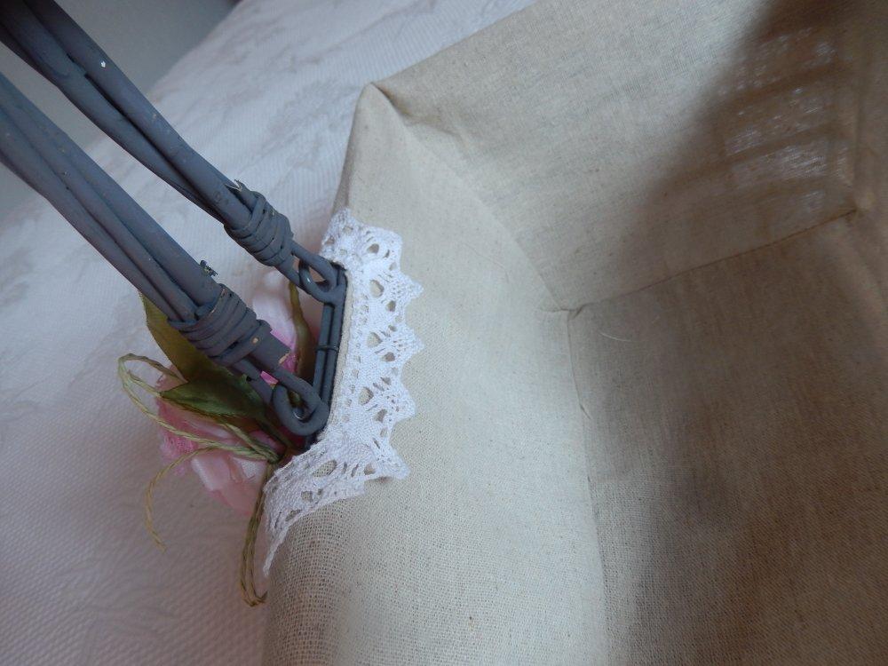 panier d'osier habillé de dentelle et roses en mousseline