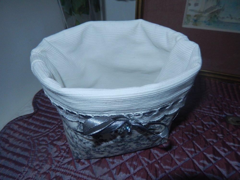 pochon tissu liberty gris et blanc, doublé bord dentelle