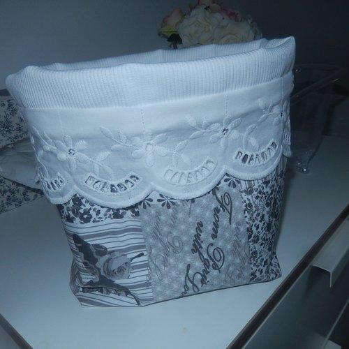 Pochette vide poche doublée avec rabat et broderie en gris et blanc