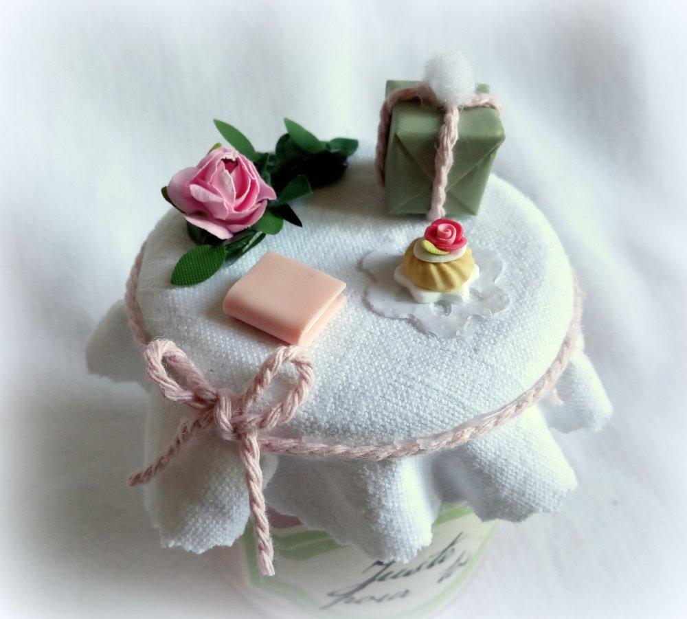 """Bougie cadeau rose, """"Juste pour toi"""", senteur pomme d'amour, pâtisserie miniatures, livre fleur cadeau miniatures"""