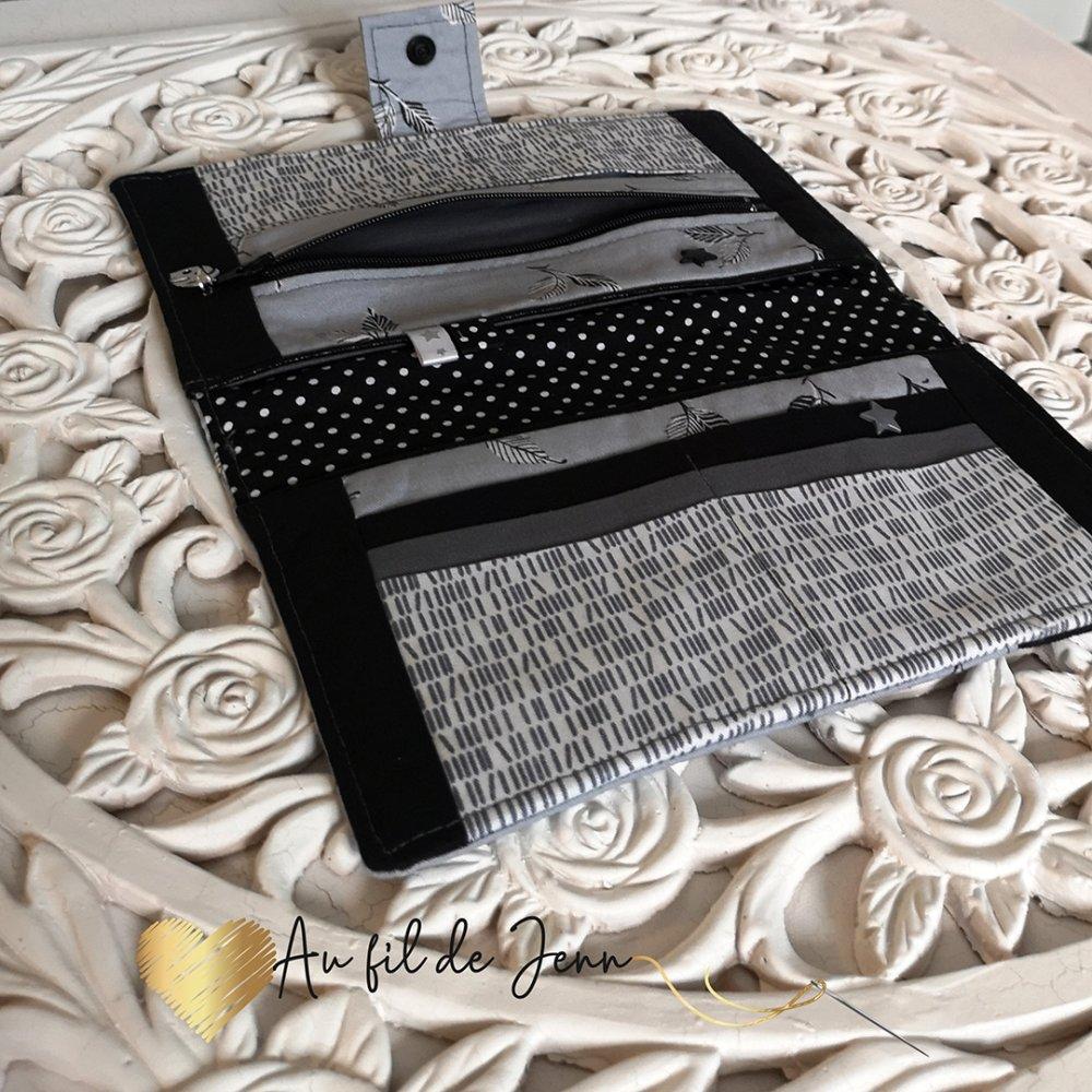 Compagnon/porte-feuilles en suédine noir et tissus coton couleur gris motif plume - rivet étoile,  breloque, et ruban