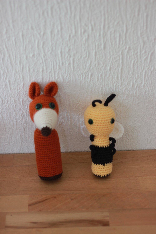 Petits doudous au crochet en forme de renard et d'abeille