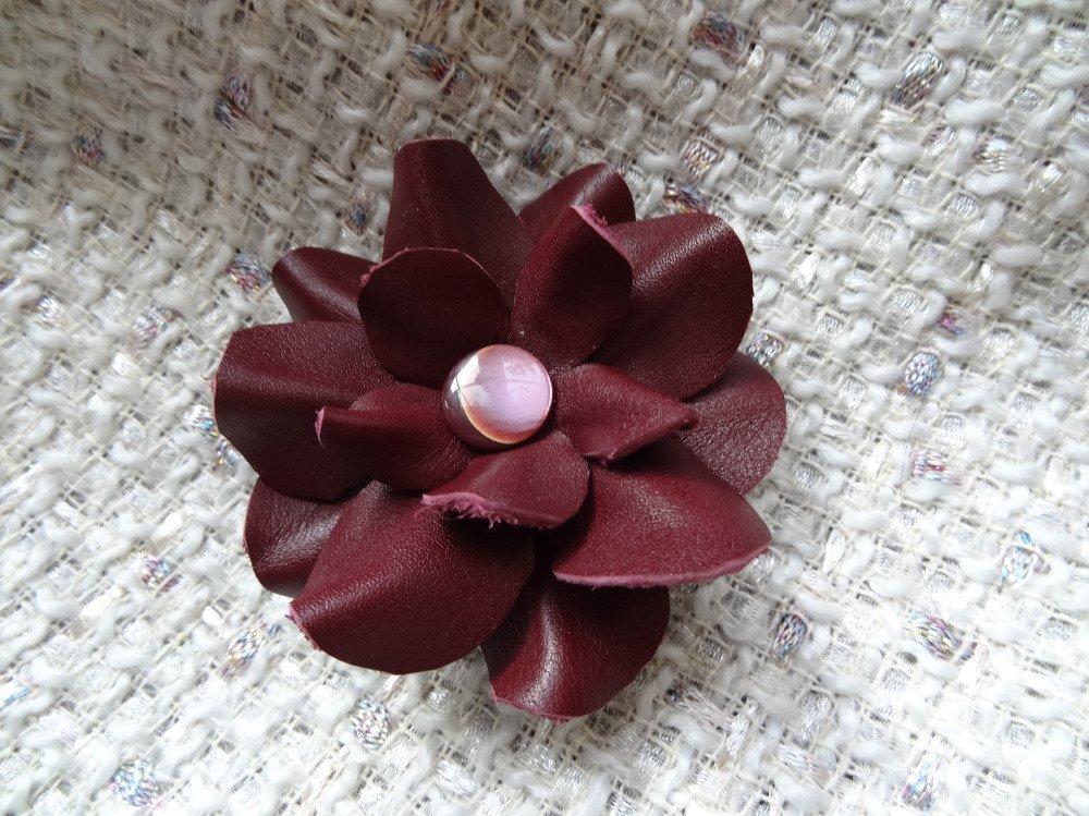 Broche fleur en cuir bordeaux munie également d'une pince
