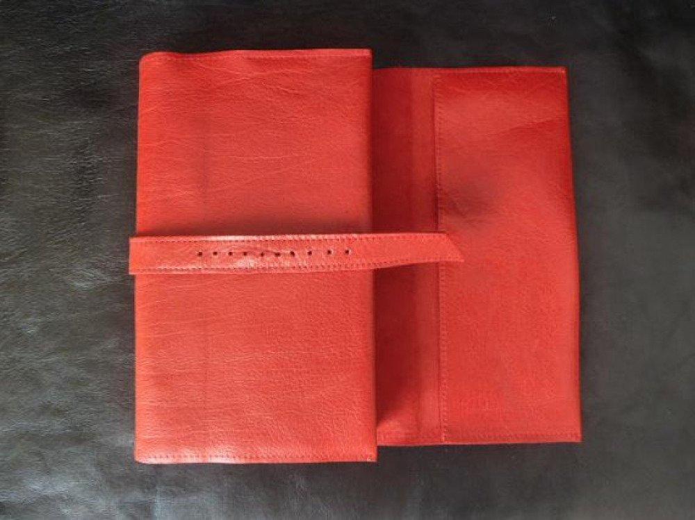 Pour livres de 18  cm de hauteur maxi ,protège- livre ajustable en cuir caprin  rouge