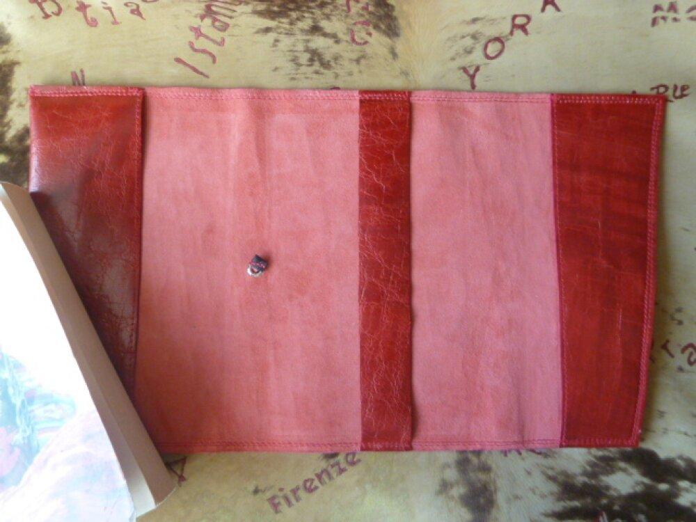 protège-livre ajustable en cuir caprin rouge  légèrement marbré et craquelé pour livres de 18 ,5 cm de hauteur maxi