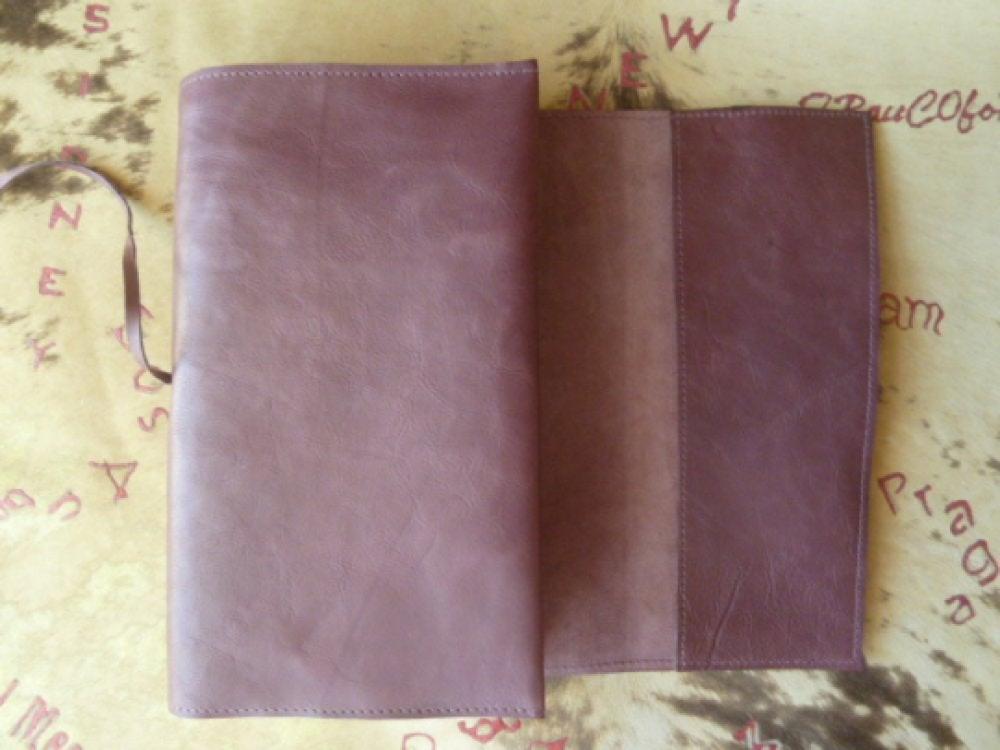 protège-livre ajustable en cuir caprin bordeaux  foncé pour livres de 18 cm de hauteur maxi,