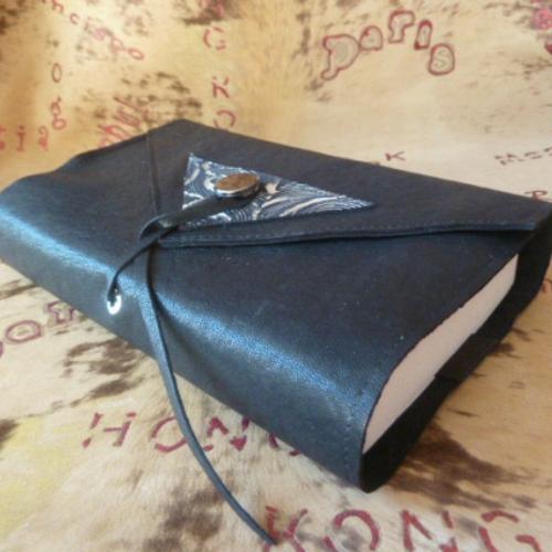 Ouvre-livre ajustable en cuir caprin noir grainé fin ,customisé par un triangle argent et noir ,pour livres de 18 cm de h , fermeture lien