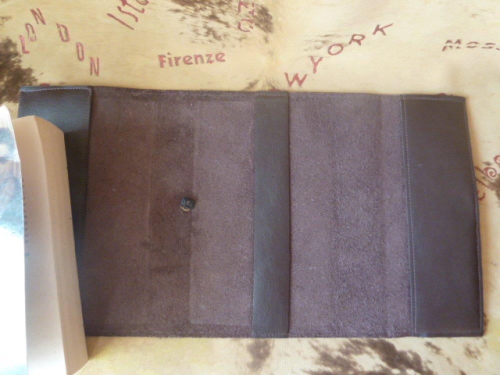 """prix destockage :protège-livre réglable en cuir de vachette marron , avec bande cuir imprimé """"fleurs""""pour livres de 18 cm de hauteur maxi"""