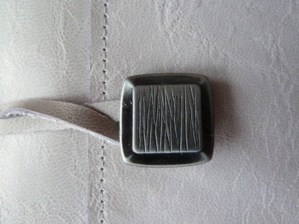 protège-livre réglable en cuir caprin gris clair très légèrement marbré