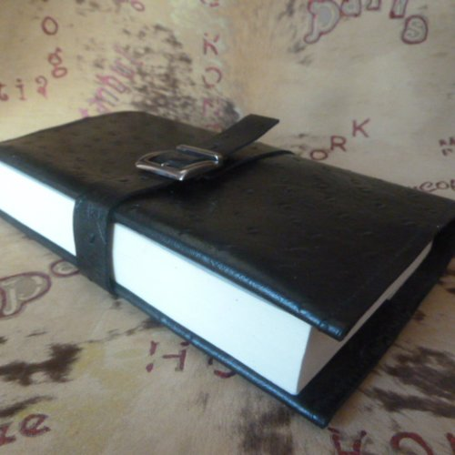 Protège-livre en cuir noir imitation cuir d'autruche , pour livres de poche de  cm d'épaisseur maxi .