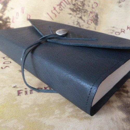 Protège-livre réglable en cuir caprin noir , avec triangle cuir imprimé , pour livres de 18 cm de hauteur maxi .