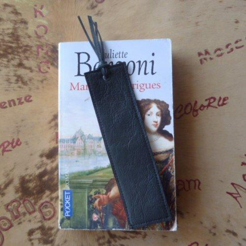 Marque -page en cuir caprin   noir uni recto -verso .( cadeau pour signopaginophiles .)