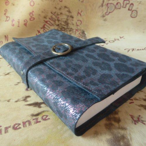 """Protège-livre ajustable , en cuir caprin imprimé """"animal """"noir et  prune , pour livres de 18 cm de hauteur maxi"""