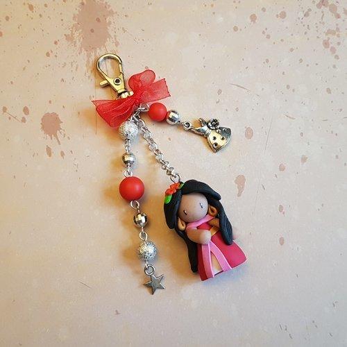 """Porte clés / bijoux de sac poupée """"elena"""" de couleur rouge."""