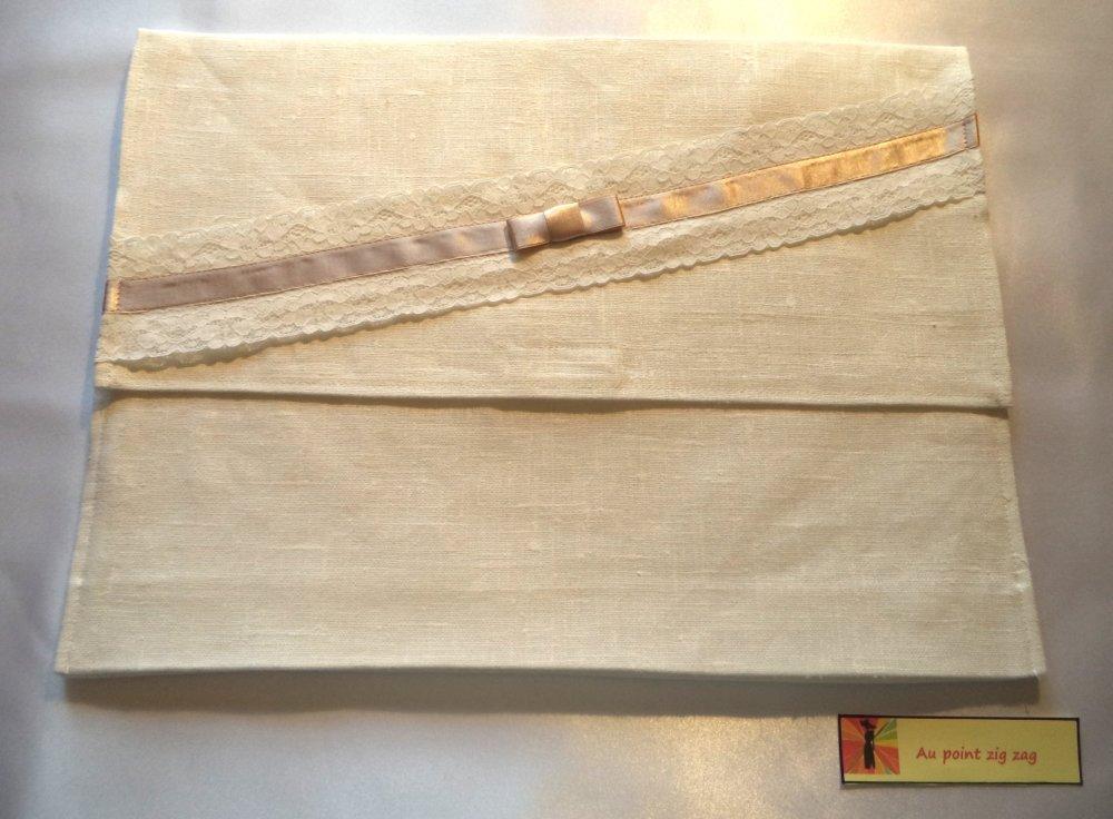 Sac-Pochette à lingerie, en lin, doublée, avec soufflet, coloris blanc cassé.