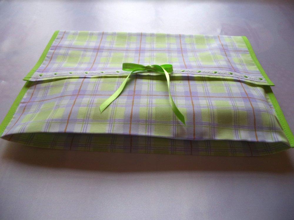 Sac-Pochette à lingerie mauve et anis,broderie anglaise, nœud de satin, doublée , soufflet , idée-cadeau.