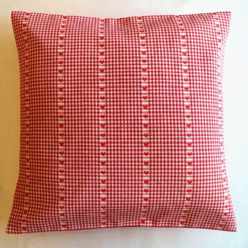 """Housse de coussin 40x40, coton rouge et blanc, motifs """"petits coeurs """"."""