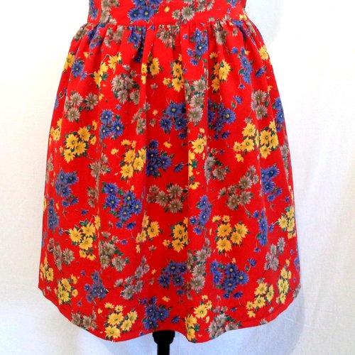 Jupe froncée à motifs fleuris sur fond rouge, ceinture large,  doublée, fait-mains.