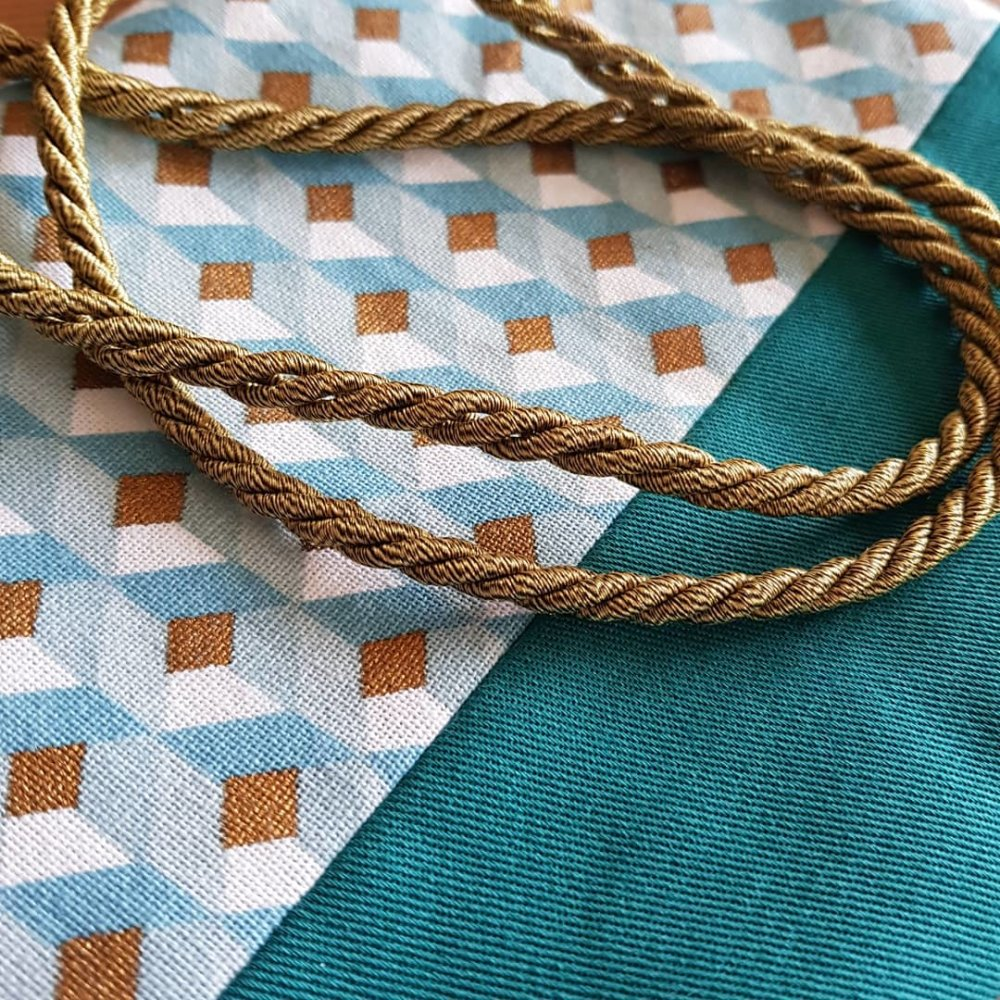 Pochette bleu canard et motif géométrique