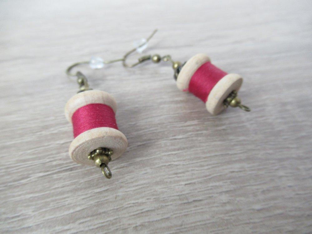 Boucles d'oreilles thème couture- bobine en bois, fil bordeaux et détails bronze.