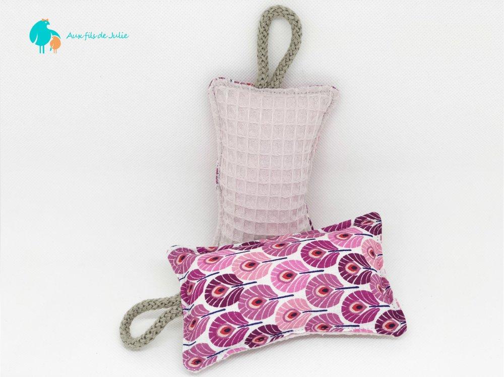 Eponge lavable motif plumes de paon rose